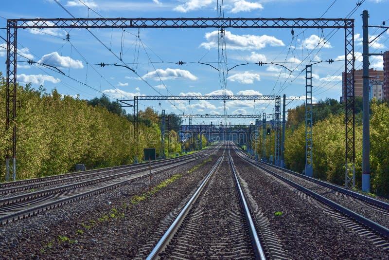 Muitas trilhas de estrada de ferro que esticam na distância Estrada electrificada Região de Moscovo, Rússia fotos de stock