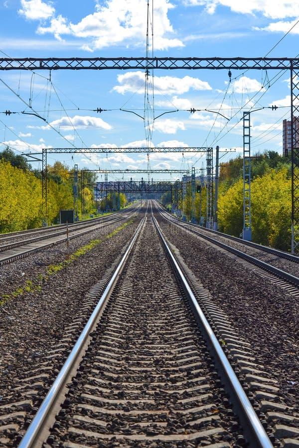 Muitas trilhas de estrada de ferro que esticam na distância Estrada electrificada Região de Moscovo, Rússia imagens de stock royalty free