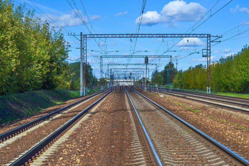 Muitas trilhas de estrada de ferro que esticam na distância Estrada electrificada Região de Moscovo, Rússia foto de stock