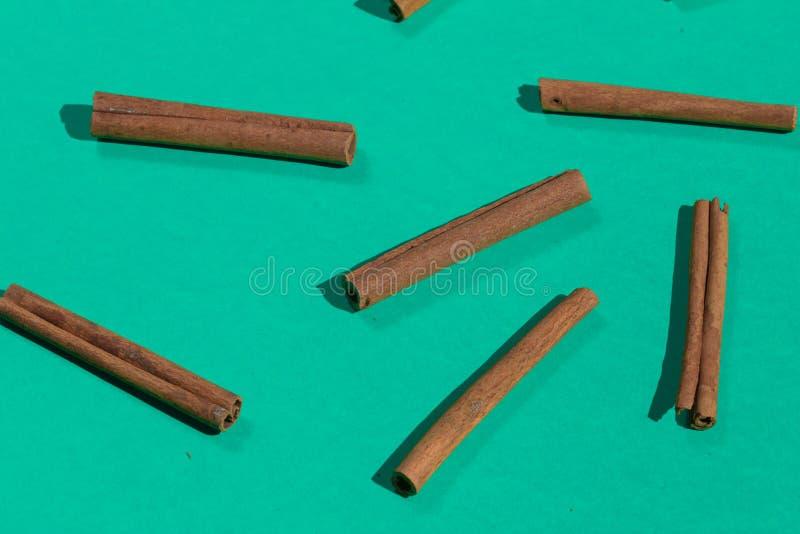 Muitas varas de canela, isoladas no fundo azul imagens de stock