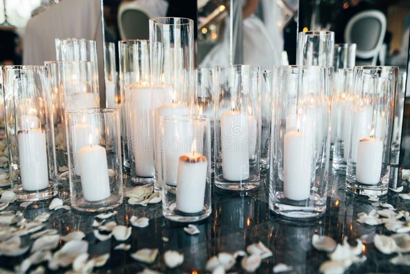 Muitas velas e pétalas da flor para comemorar a cerimônia de casamento imagens de stock