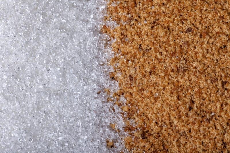Muito açúcar branco refinado próximo a outra pilha de açúcar castanho não refinado imagem de stock royalty free