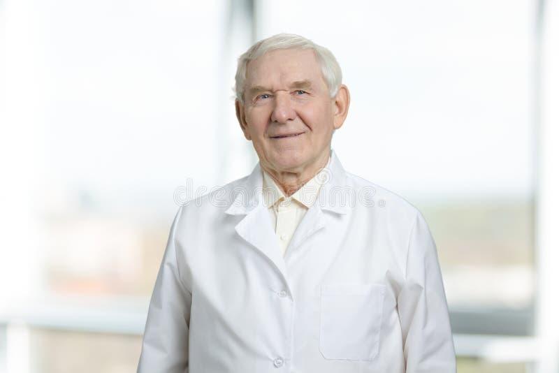 Muito ancião no uniforme branco foto de stock