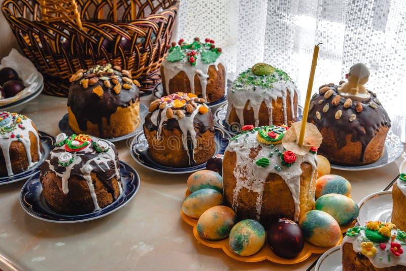 Muito bolo da Páscoa e ovos pintados na tabela de madeira Composi??o festiva no estilo r?stico, primavera Configura??o lisa, fund fotografia de stock royalty free