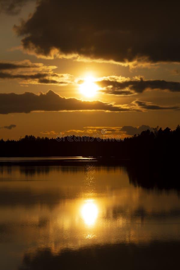 Muito bonito pôr do sol na Finlândia imagem de stock