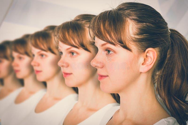 Muito conceito genético do clone das mulheres em seguido - fotos de stock royalty free