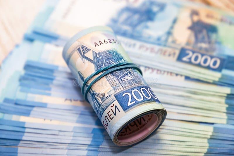 Muito dinheiro do russo Contas nas denominações de dois mil rublos foto de stock