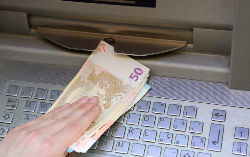 muito dinheiro em um ATM europeu imagens de stock royalty free