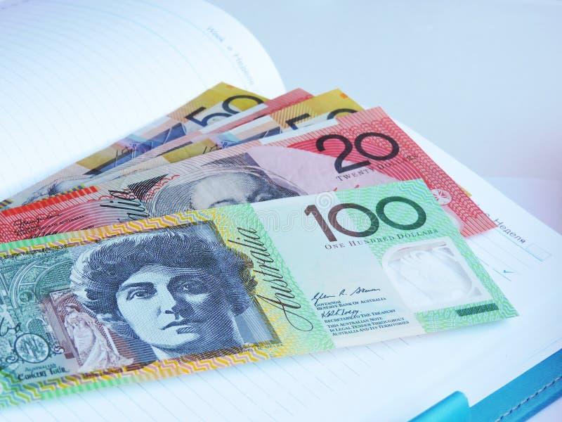 Muito dinheiro no americano e no australiano da tabela imagens de stock royalty free