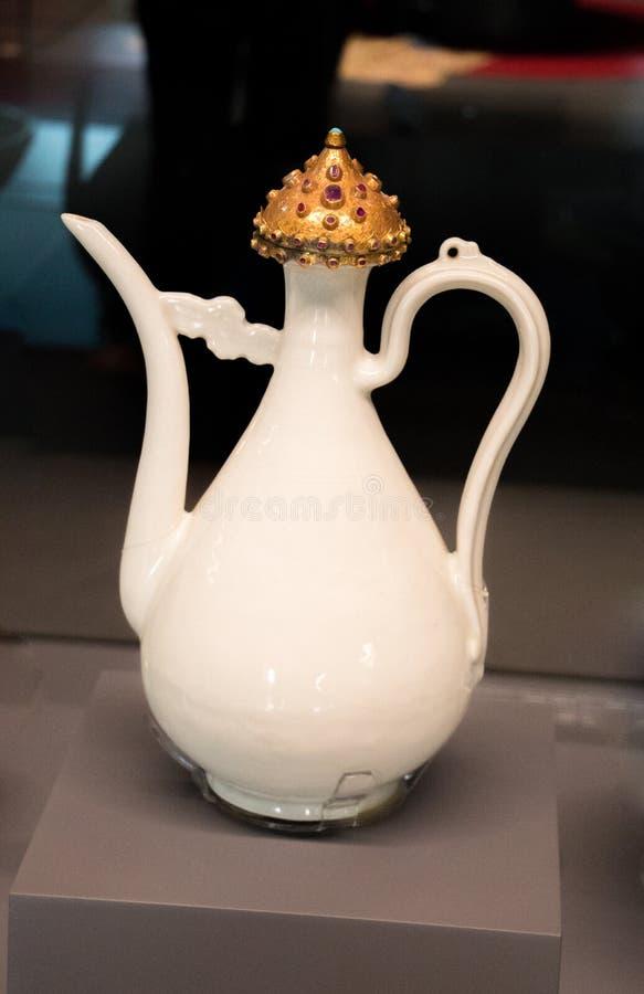 Muito frasco seramic da água do ewer do estilo antigo imagens de stock royalty free