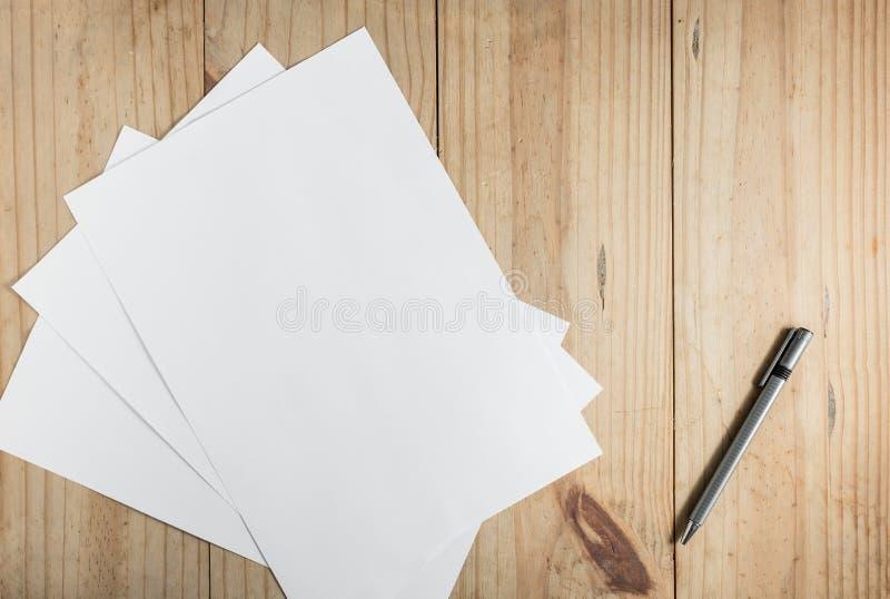 Muito Livro Branco e lápis cinzento no fundo de madeira imagens de stock