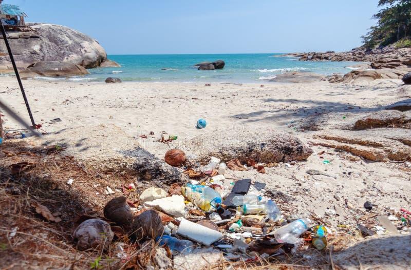Muito lixo em uma praia tropical bonita Desperdice os problemas, poluição da natureza com plástico Ecologia e Dia da Terra foto de stock