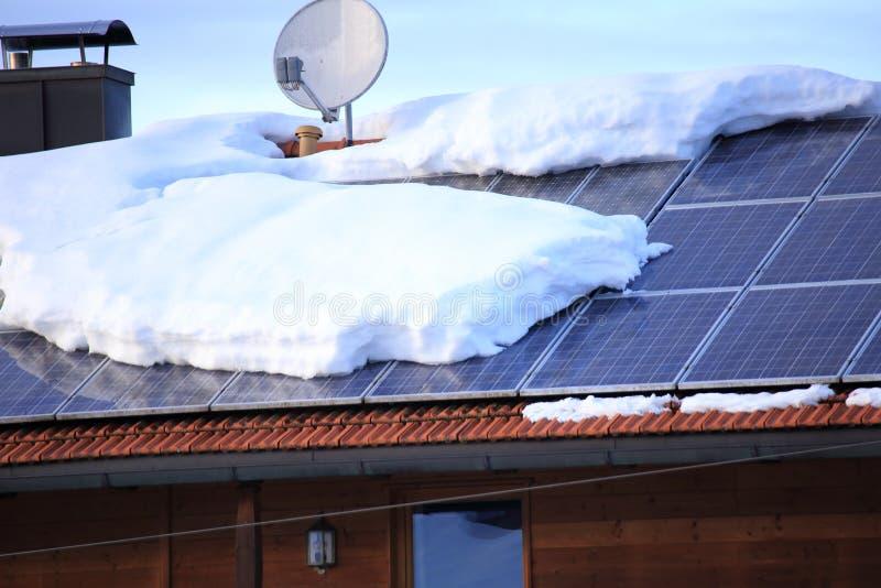 Muito neve em um campo solar foto de stock