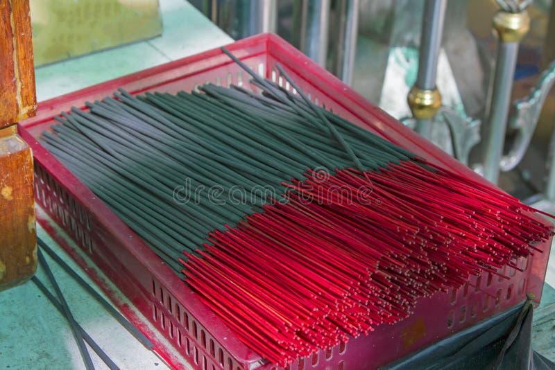 Muito o incenso preto cola em uma cesta vermelha imagens de stock royalty free