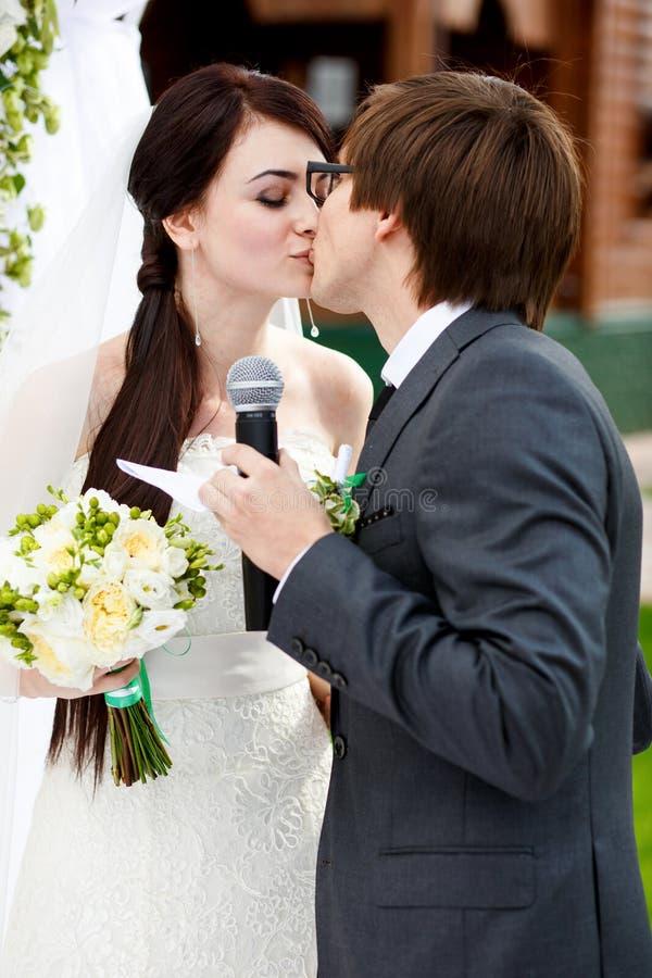 Muito o primeiro beijo dos recém-casados depois que deram oathes fotos de stock royalty free