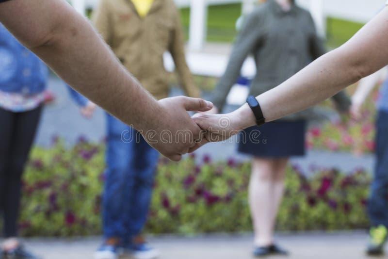 Muito pessoa guarda as mãos no parque - desempenho da dança fotografia de stock