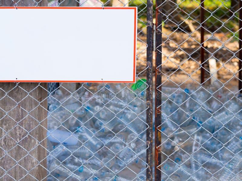 Muito plástico engarrafa a pilha está em uma prateleira de aço Conceito Waste da separação fotografia de stock royalty free