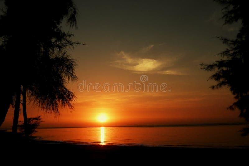 Muito pode acontecer sobre o por do sol! fotografia de stock