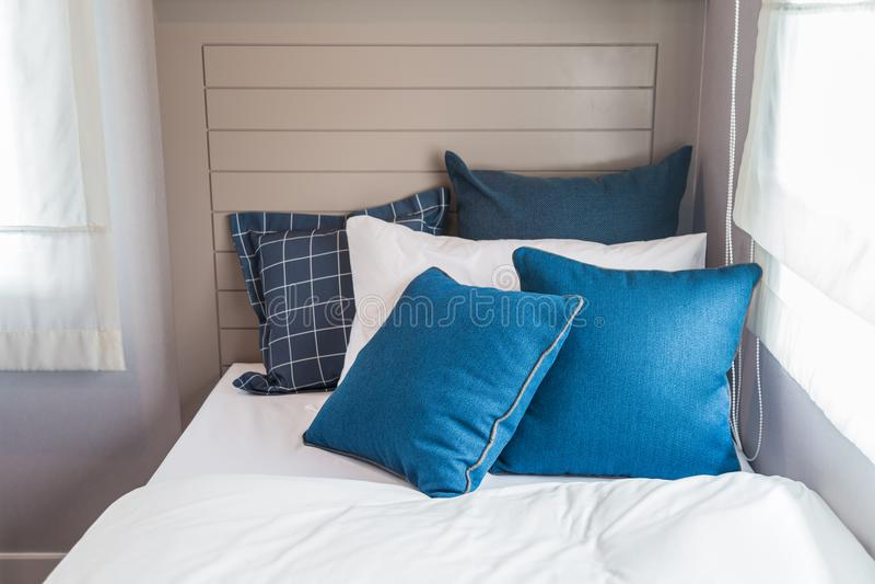 Muito quarto azul e branco com luz morna da janela foto de stock