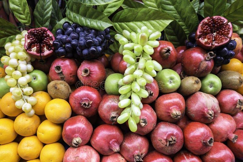 Muito tipo de frutos diferentes em uma opinião do close up da mostra fotografia de stock royalty free