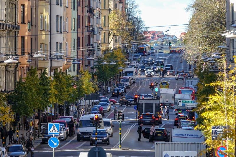 Muito tráfego em Hornsgatan na ilha Södermalm, Éstocolmo fotos de stock royalty free