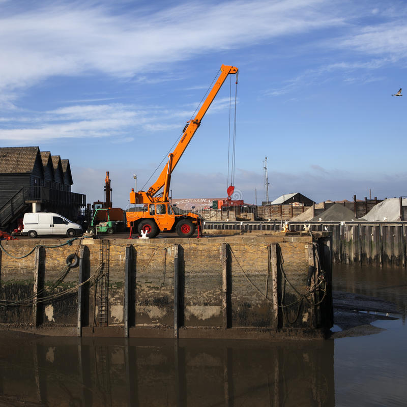 Muito uma maré baixa encalha barcos de pesca na lama no porto imagens de stock royalty free