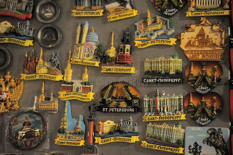 Muitos ímãs do ouvenir com o St Petersburg para a causa fotografia de stock