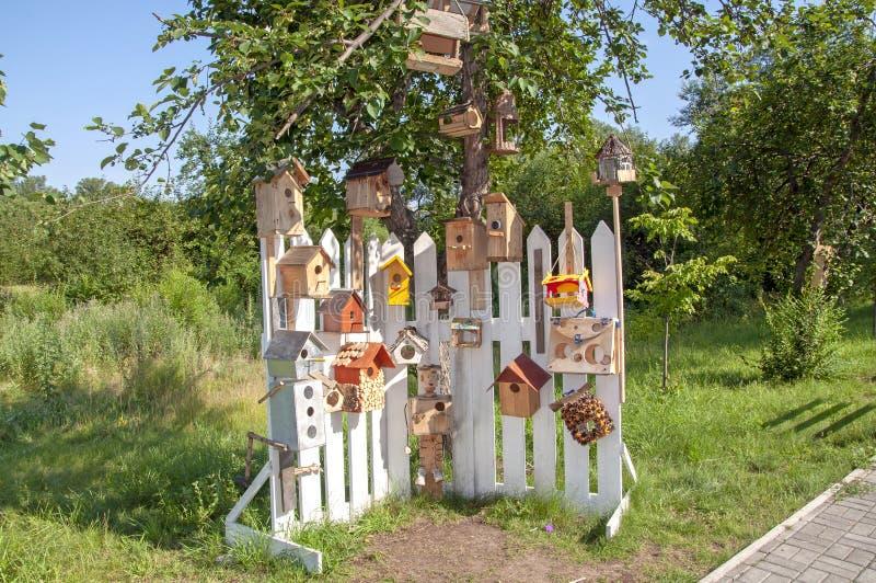 Muitos aviários e alimentadores do pássaro ver?o fotografia de stock