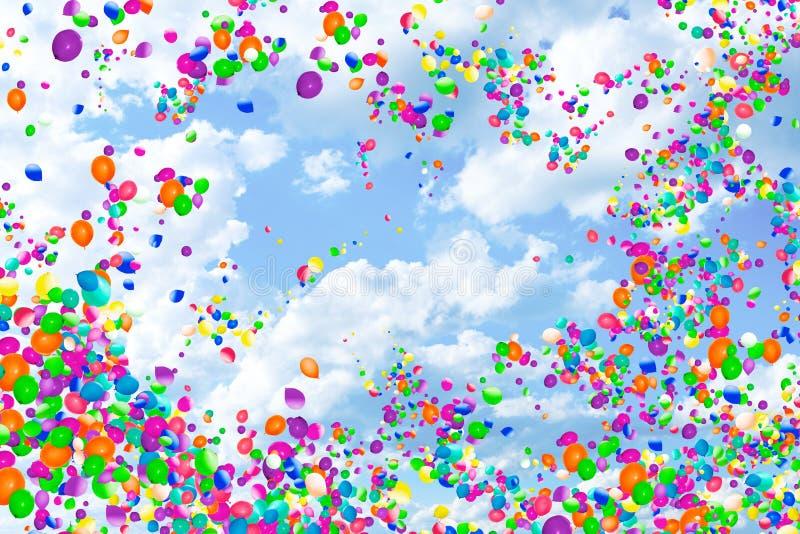 Muitos balões de ar coloridos voam no céu do por do sol foto de stock royalty free