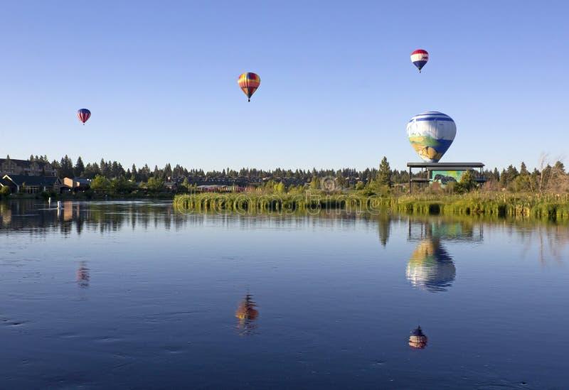Muitos balões de ar quente sobre o rio de Deschutes imagem de stock