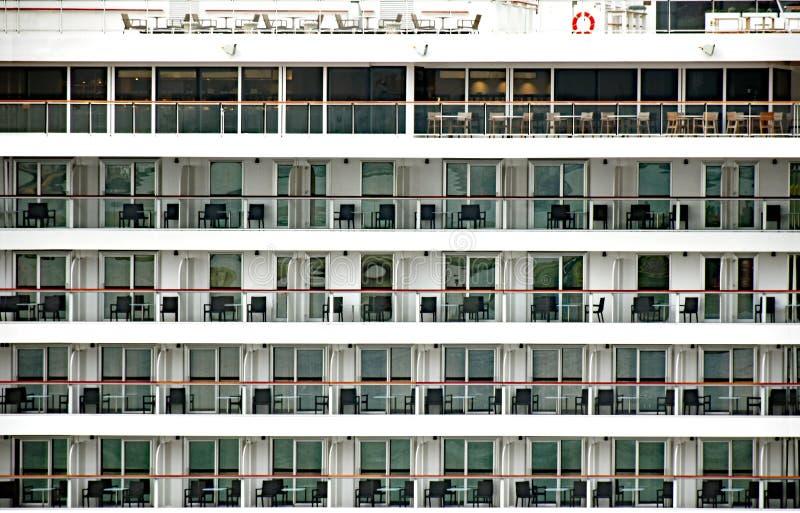 Muitos balcões com mobília em um navio de cruzeiros fotografia de stock