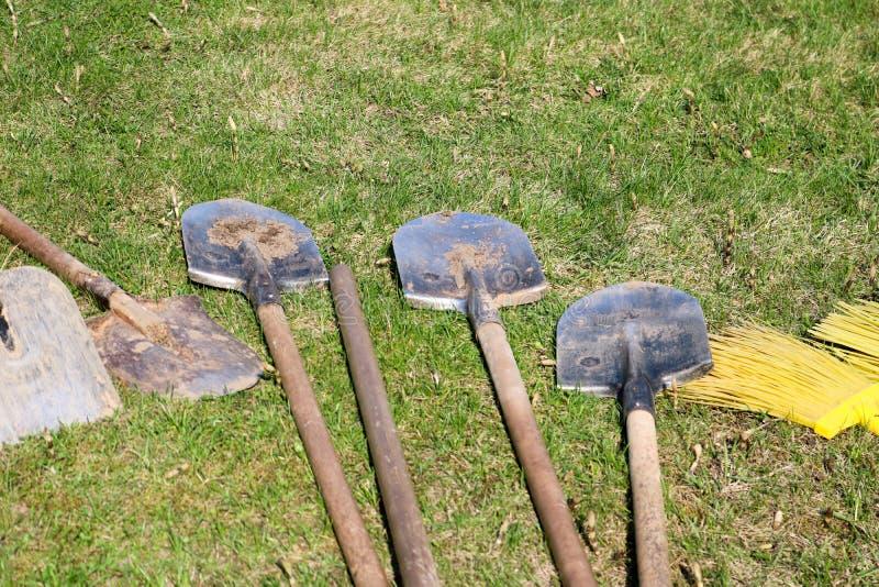 Muitos bayonet pás com punhos de madeira, equipamento da família para limpar, arranjo do território, escavação da mentira da terr foto de stock royalty free