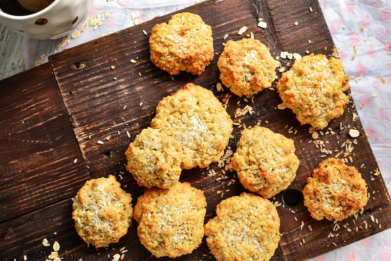 Muitos biscoitos de aveia em fundo de madeira Vista superior Espaço livre para o teste Biscoitos saudáveis caseiros Pastas doces fotografia de stock royalty free