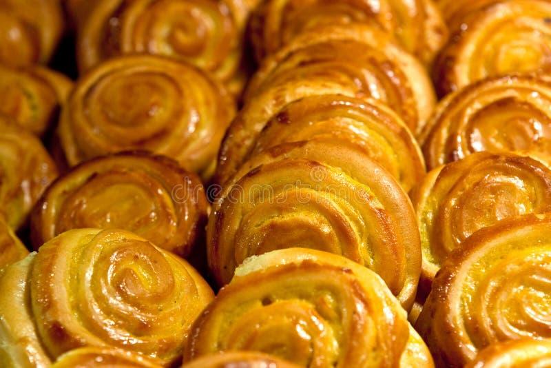 Muitos bolos amarelos no café na manhã fotos de stock royalty free