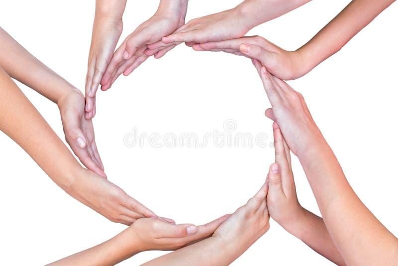 Muitos braços das crianças com as mãos que fazem o círculo imagens de stock