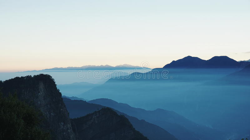 Muitos camada de tampa da névoa o moutain na manhã imagem de stock