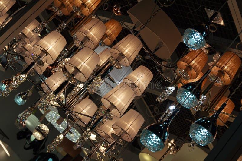 Muitos candelabros bonitos que penduram do teto foto de stock royalty free