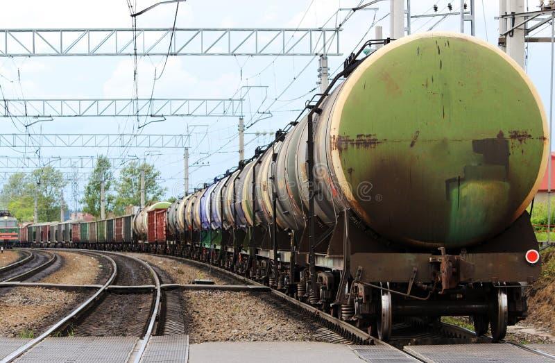 muitos carros coloridos em um trem de mercadorias, que viaje ao longo dos trilhos da estrada de ferro imagem de stock royalty free