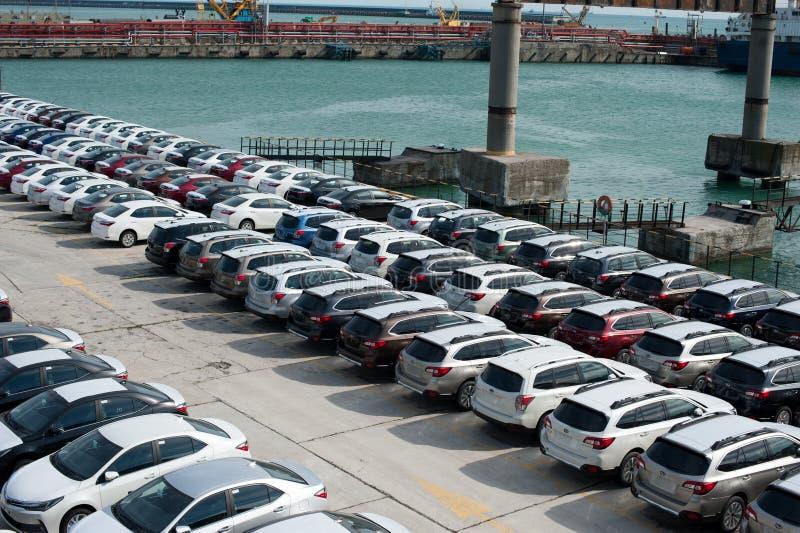 Muitos carros novos Toyota Corolla e a guarda florestal de Subaru são descarregados no porto fotos de stock