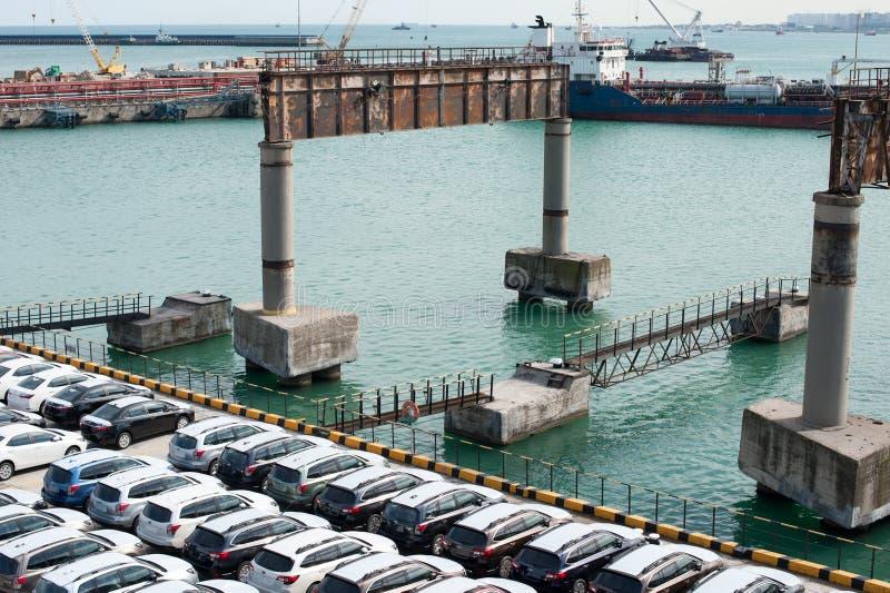 Muitos carros novos Toyota Corolla e a guarda florestal de Subaru são descarregados no porto foto de stock royalty free