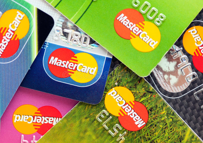 Muitos cartões de crédito por MasterCard fotos de stock royalty free
