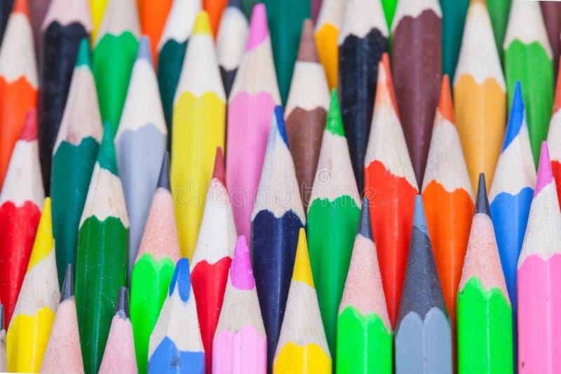 Muitos coloriram o fundo dos lápis imagem de stock