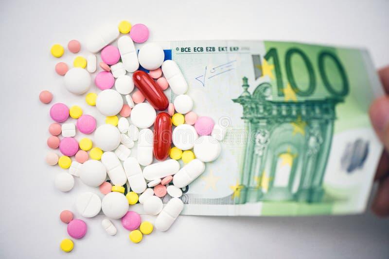 Muitos comprimidos encontram-se na cédula de cem contas do euro fotos de stock