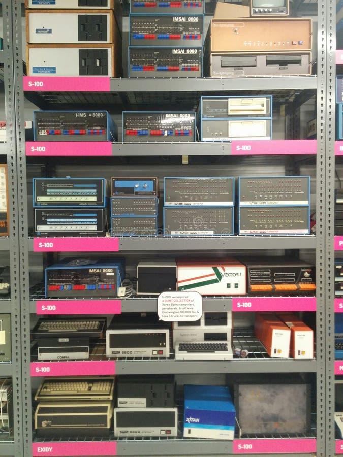Muitos computadores do vintage em uma cremalheira no museu vivo do computador fotos de stock