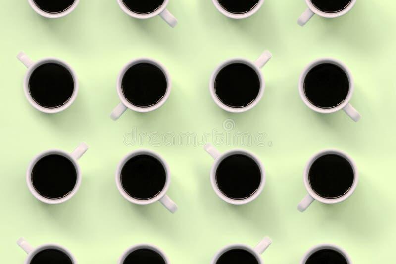 Muitos copos de café branco pequenos no fundo da textura do papel pastel da cor do cal da forma fotos de stock royalty free
