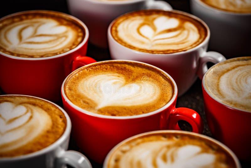 Muitos copos do cappuccino fotografia de stock