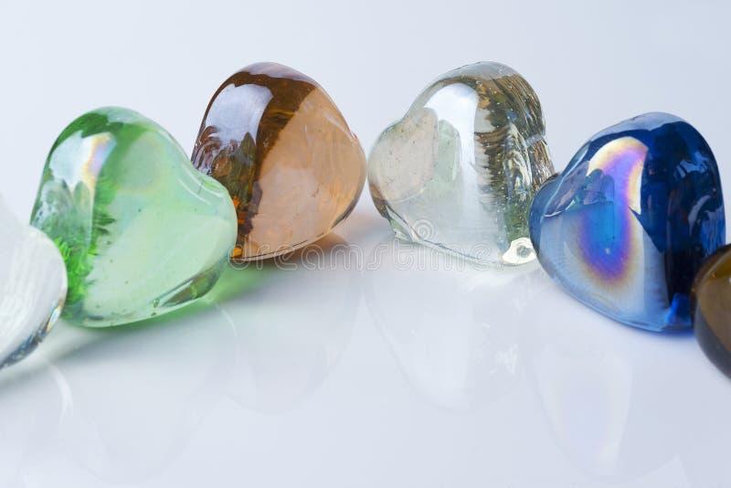 Muitos corações de vidro de cores diferentes fotografia de stock