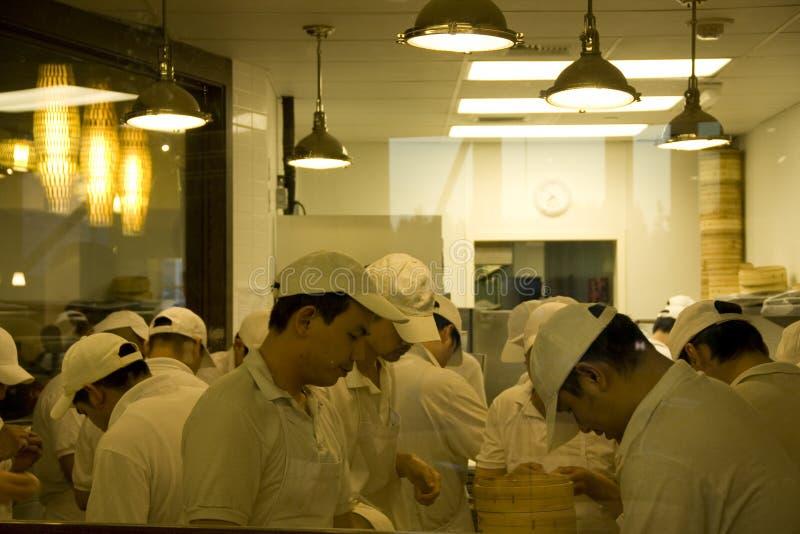 Cozinheiros chefe ocupados na cozinha chinesa do restaurante fotos de stock royalty free