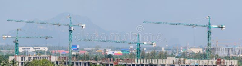 Muitos Crane e o progresso de funcionamento da construção com panorama fotos de stock