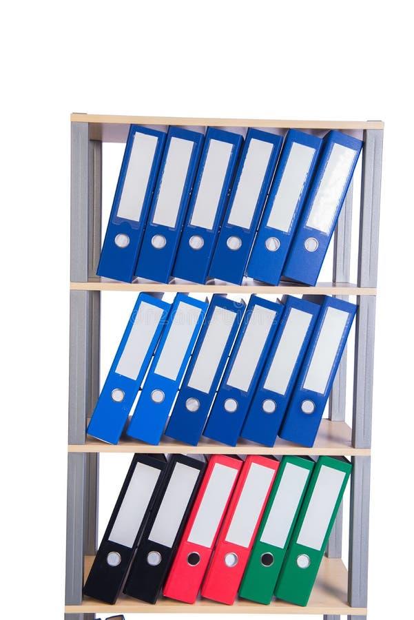Muitos dobradores da pasta na prateleira imagens de stock